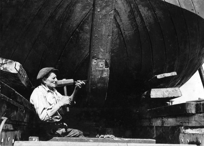 Brodograditelj Ante Filipi Barbetina u svom brodogradilištu Varoš u Betini, Muzej betinske drvene brodogradnje