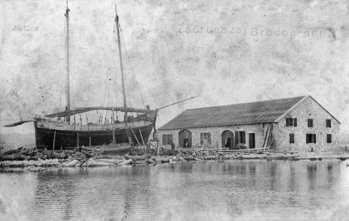 Trabakul i gajeta u gradnji ispred Zadruge za brodogradnju koju su osnovale brodograditeljske obitelji Filipi i Uroda, 1908., Muzej betinske drvene brodogradnje