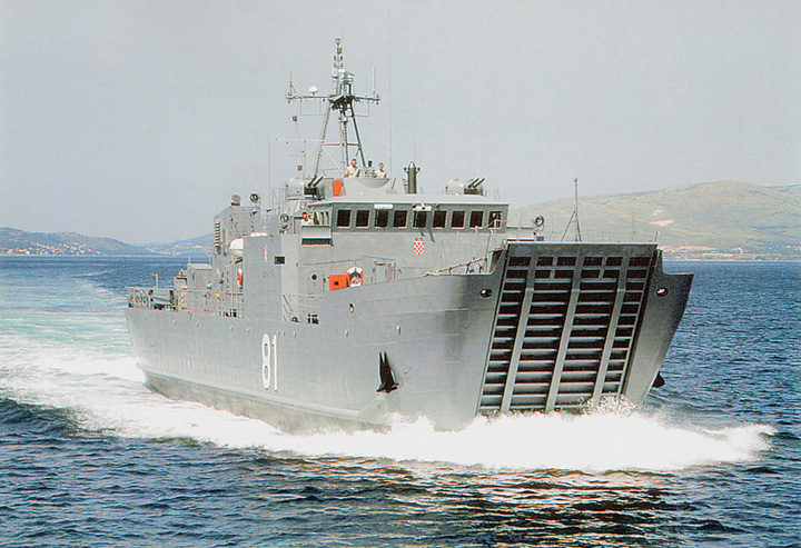 Desantni brod minopolagač <em>DBM-81-Cetina,</em> izgrađen za HRM u splitskom Brodogradilištu specijalnih objekata, 1993.