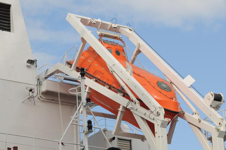 Brodica za spašavanje, proizvedena u velolučkom brodogradilištu Montmontaža–Greben, smještena na sohi za spuštanje, na tankeru za prijevoz nafte <em>Dugi otok,</em> izgrađenom u Brodosplitu, 2008.