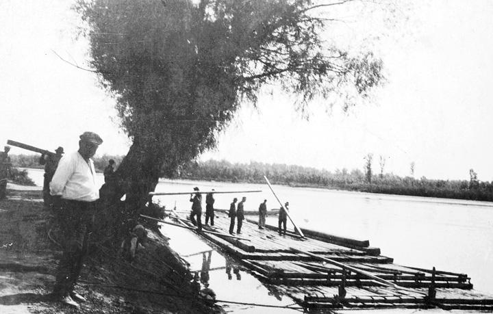 Splav na Dravi u Donjoj Dubravi, oko 1930., arhiv obitelji Feletar