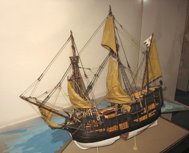 Strani ratni brod je brod koji pripada oružanim snagama strane države i ima.