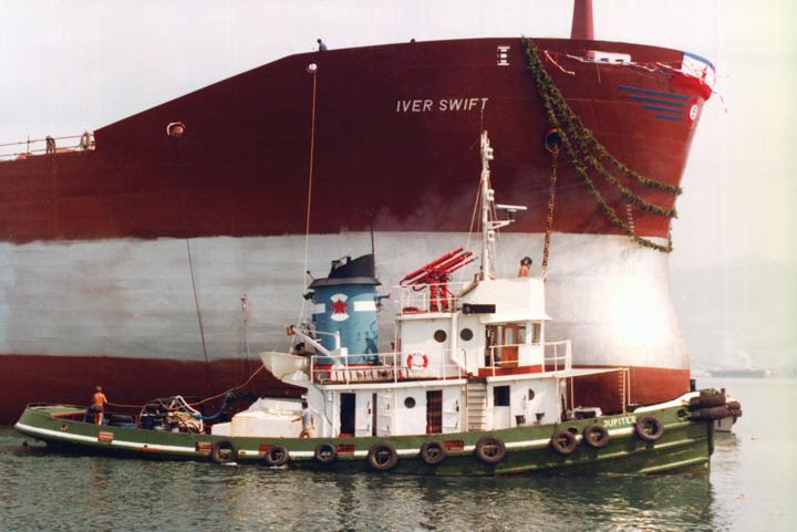 Lučki tegljač <em>Jupiter</em> tijekom porinuća broda <em>Iver Swift</em> u Brodogradilištu Split (danas Brodosplit), 1983.