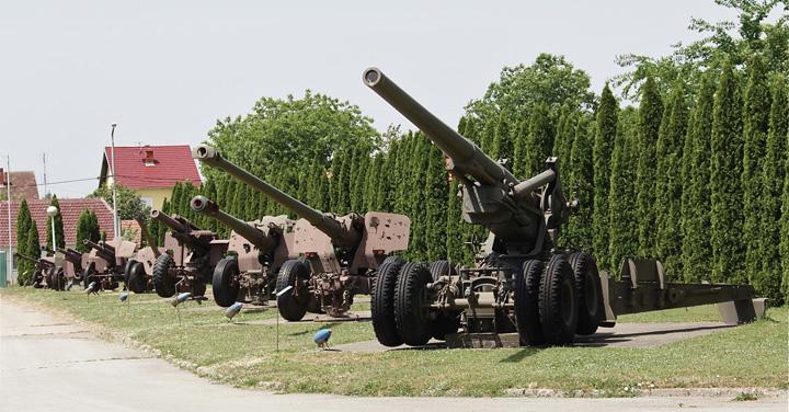 Aleja topova, vanjski izložbeni prostor na području vojarne