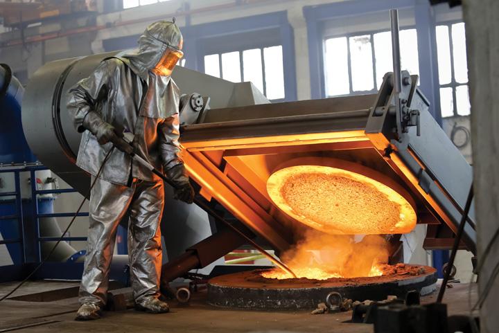 Radnik na peći za taljenje metala u čakovečkom poduzeću Ferro-Preis, 2015.