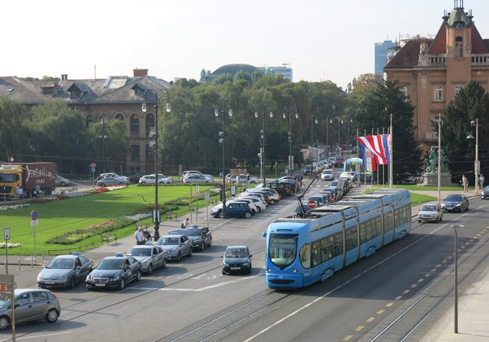 Stajalište taksija i tramvaj na Trgu Republike Hrvatske u Zagrebu, 2018.
