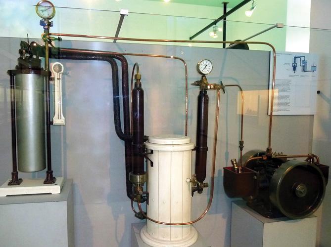 Postrojenje za ukapljivanje zraka C. von Lindea s kompresorom proizvedenim u tvornici  Torpedo – Fabrik von Robert Whitehead, 1906., Deutsches Museum, München