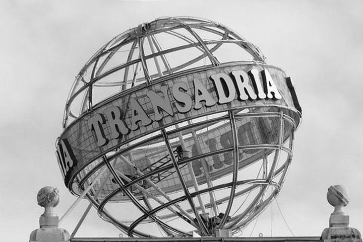 Logotip Transadrije na zgradi u Rijeci