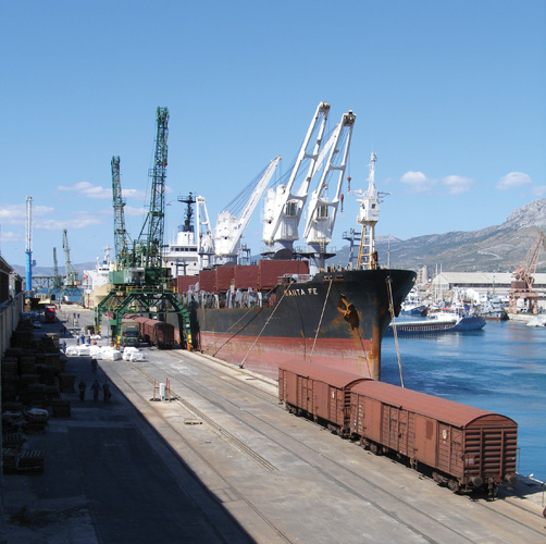 Pretovar robe s broda u vagone u splitskoj luci
