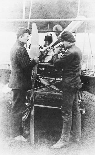 Braća Joško i Eduard Rusjan pri namještanju elise zrakoplova <em>Eda I,</em> 1909.