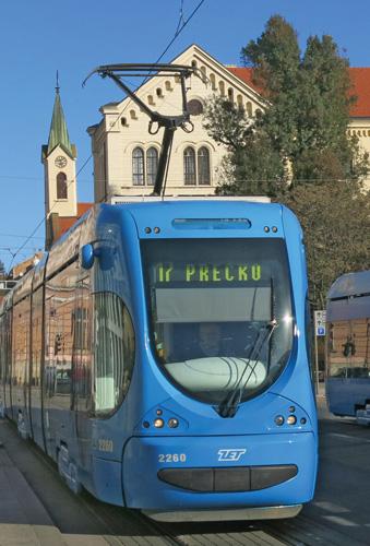 Niskopodni tramvaj <em>Crotram TMK 2200</em> Zagrebačkog električnog tramvaja, koji je 2005. počeo proizvoditi Crotram, konzorcij zagrebačkih poduzeća Končar i Tvornice željezničkih vozila Gredelj