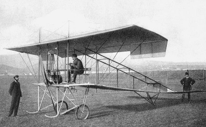 Polijetanje prvoga hrvatskog zrakoplova konstruktora S. Penkale, pilot D. Novak, na uzletištu kraj potoka Črnomerca, 1910.