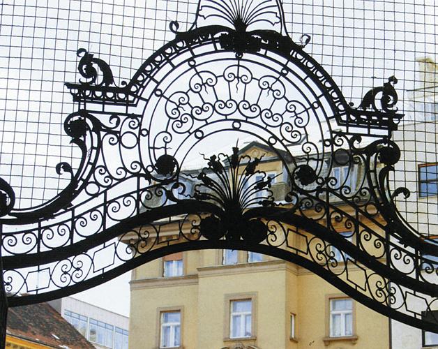 Dio vrata od kovanoga željeza na ulazu u prolaz Oktogon, rad bravarskog odjela Obrtne  škole u Zagrebu, 1898–1900.