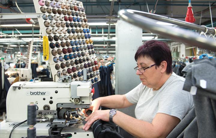 Radnica za šivaćim strojem u poduzeću Varteks, 2010-ih