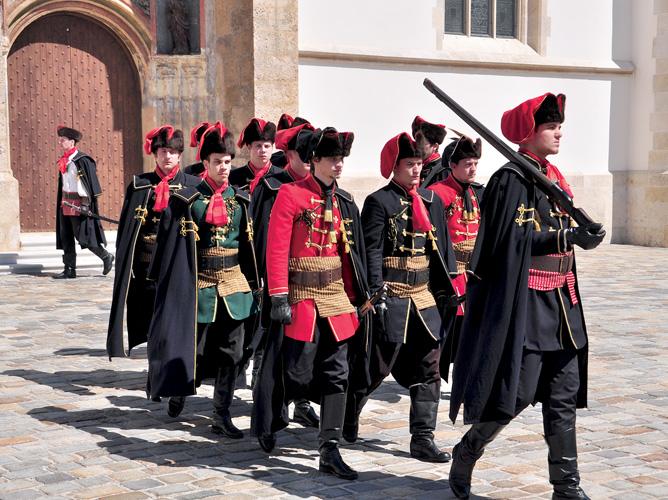 Kravat pukovnija po uzoru na hrvatske vojnike iz XVII.st.