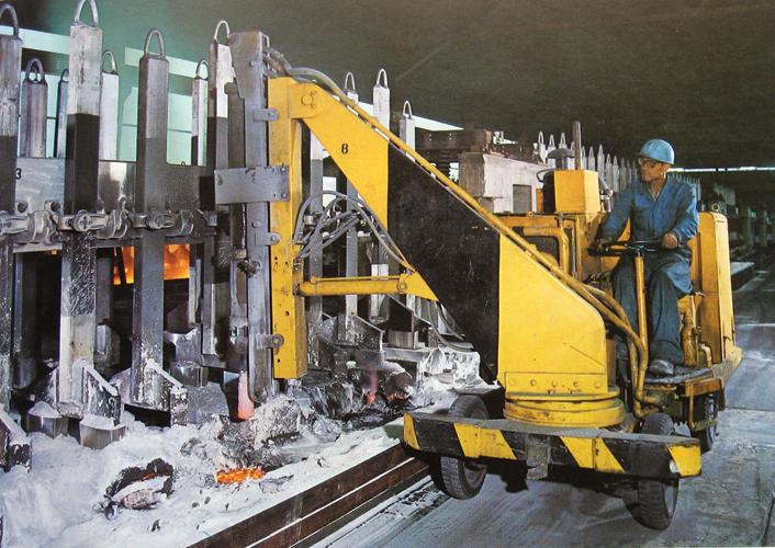 Probijanje elektrolitičke kore u proizvodnom pogonu Ražine, Tvornica lakih metala Boris Kidrič